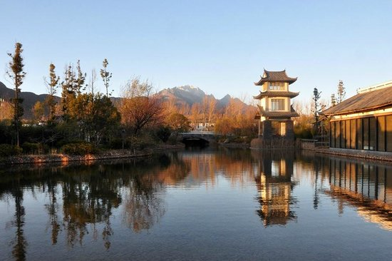 Pullman Lijiang Resort & Spa: View of Jade Dragon Mountain from hotel grounds