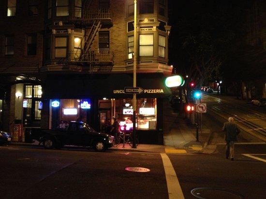 Uncle Vito's Pizzeria: Esquina donde esta el restaurante
