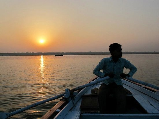 Ganpati Guest House: Enjoy the Ganges in the morning by paddle boat