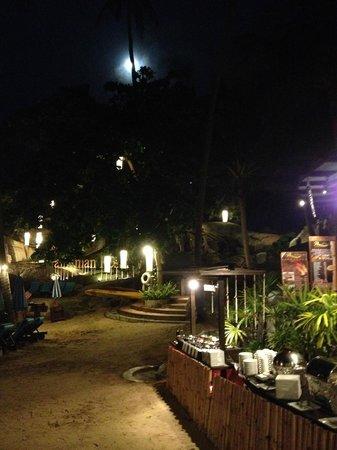 Panviman Resort - Koh Pha Ngan: Beach restaurant at night