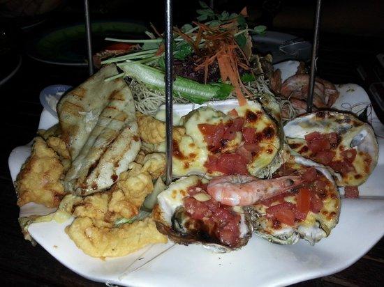 toscani: Seafood platter: Baked oysters, fish fillet and calamari