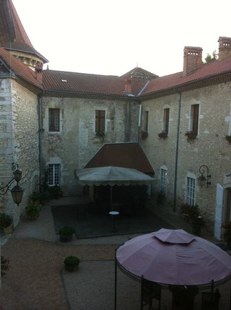 Chateau Chapeau Cornu : La cour intérieure