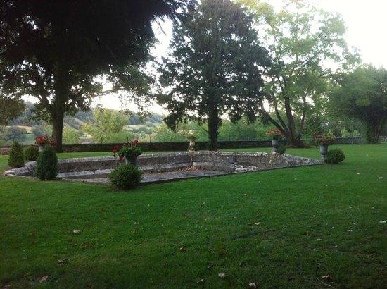 Chateau Chapeau Cornu : Le parc et son bassin