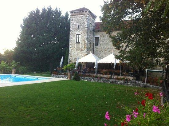 Chateau Chapeau Cornu : La piscine et sa terrasse