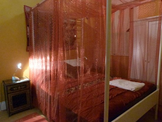 Porto Riad Guest House : Four poster bed