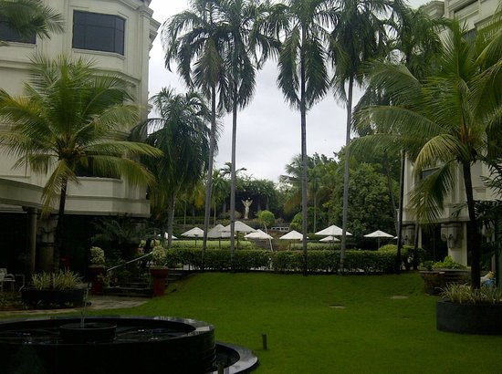 Le Royal Meridien Chennai: pool area