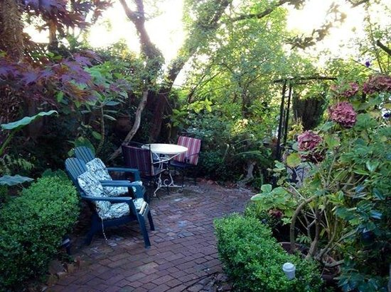 Union Street Inn: Private garden off the Carriage House