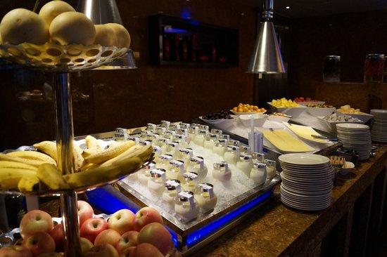 Shangri-La Hotel,Xian: Freshly made fruit yogurts for breakfast,many flavors