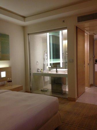 DoubleTree by Hilton Kuala Lumpur: the bathroom