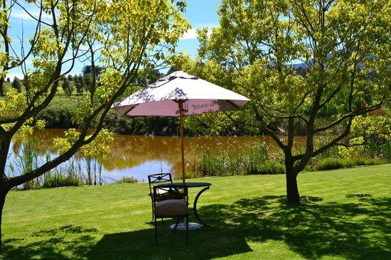L'Avenir Country Lodge: Garten mit Blick auf den See