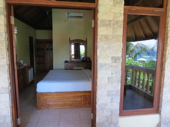 Bali Palms Resort : Een kijkje in de kamer in in de spiegeling van het raam ons uitzicht.