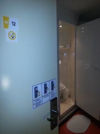 Premiere Classe Montpellier Est - Parc Expositions - Aéroport :  Porte de la chambre avec le Water au fond