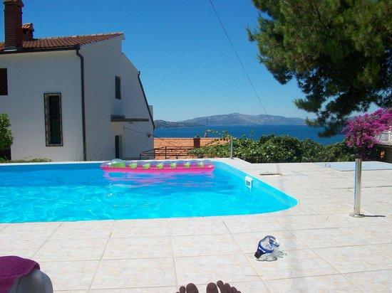 Apartments Villa Goja: Blick vom Pool aufs Meer