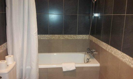 Adonis Sanary Hôtel des Bains : baignoire