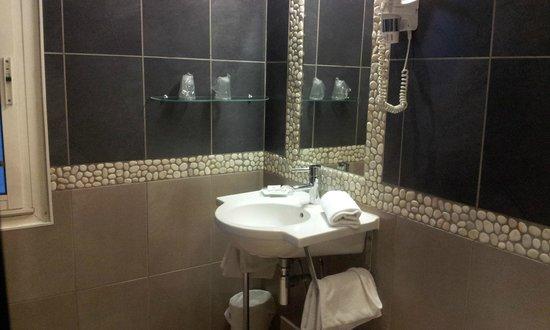 Adonis Sanary Hôtel des Bains : lavabo