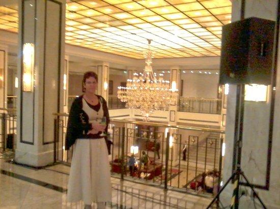 Maritim Hotel Berlin : Blick auf den Leuchter in der Halle