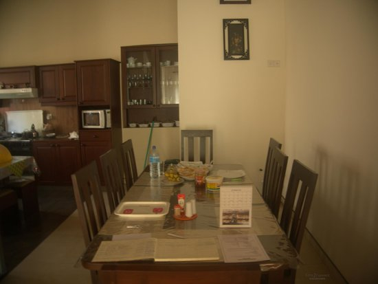 Hanthana Holiday Rooms: Dining to meet other guests