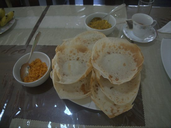 Hanthana Holiday Rooms: Hoppers for breakfast by Mrs. Jayakody