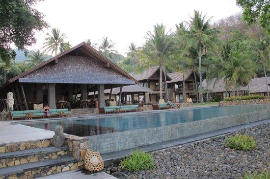 Jeeva Klui Resort: Zwembad met ontbijtruimte