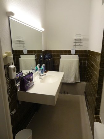 Hotel le Progres: Bathroom,  shower is on the right