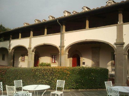 Hotel Paggeria Medicea: L'hotel visto dal lato della villa. Al piano alto le camere, sotto la sala colazioni e il giardi