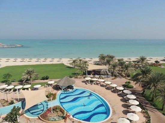 Danat Jebel Dhanna Resort : Pool and beach