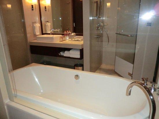 Pullman Bangkok Grande Sukhumvit: バスルーム