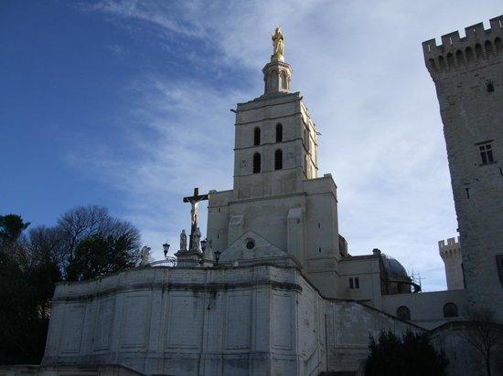 Cathédrale Notre-Dame-des-Doms : 青と空と、白い教会と、金色の聖母像のコントラストがまぶしい!