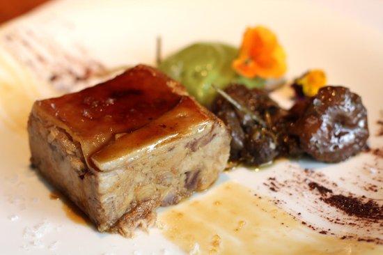 Restaurante Alma: Cochinillo confitado y deshuesado a baja temperatura con puré de brócoli y setas