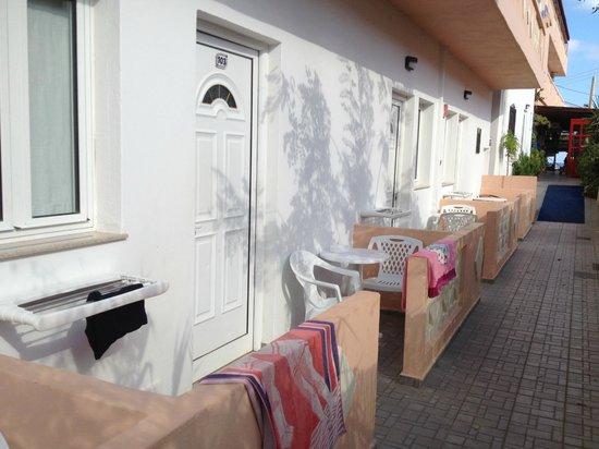 Kastro Beach Apartments: Esterno, balconcino