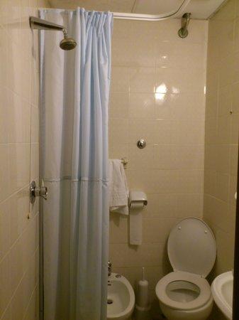 Hotel Marechiaro: Simpele badkamer, wel met goede warme douche!