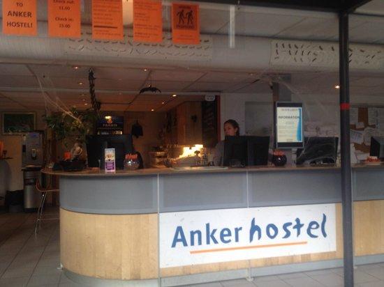 Anker Hostel: Recepción decorada Halloween