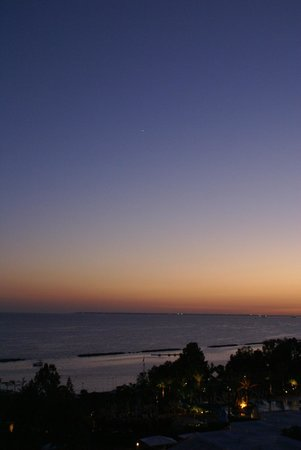 Mediterranean Beach Hotel: zonsondergang