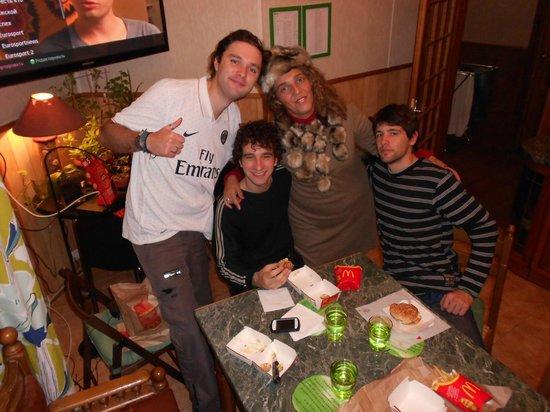 Apple Hostel : En la cocina con amigos argentinos