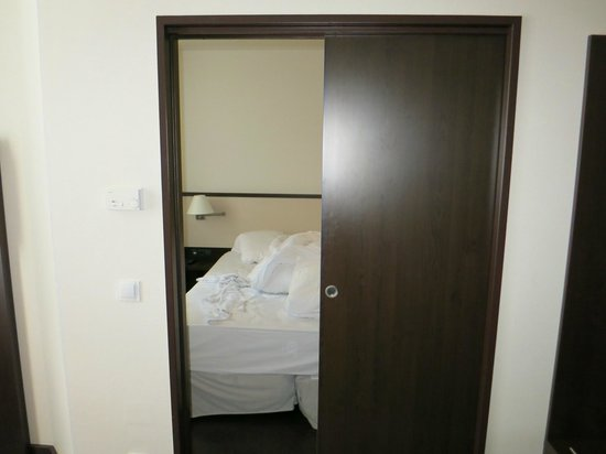 NH Wien City: Entry to bedroom from living room