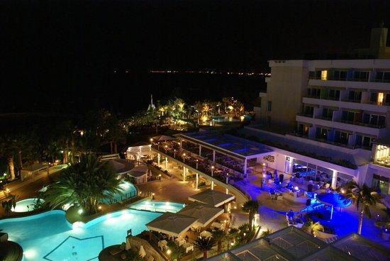 Mediterranean Beach Hotel: Avond