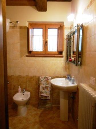 Uno dei due bagni con doccia e finestra, vaschetta da bagno per bambini da inserire in doccia ...