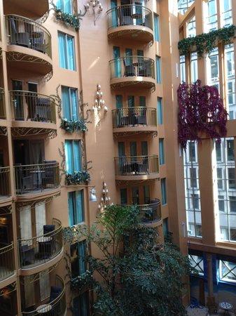 Hotel Palace Royal: Vue des jardins entourant la piscine