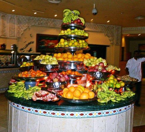 SUNRISE Garden Beach Resort -Select- : Гора фруктов во время ужина  на Хеллоуин
