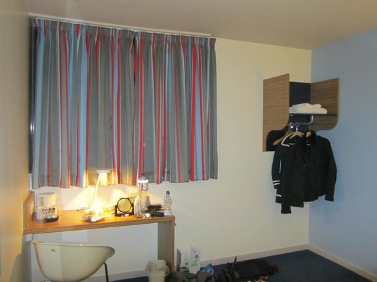 Travelodge Gatwick Airport Central: Curtains and wardrobe