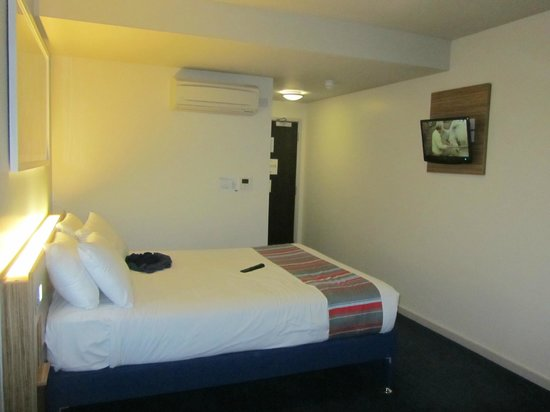 Travelodge Gatwick Airport Central: Bedroom and TV