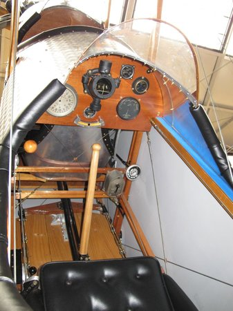 Candler Field Museum: Le cockpit minimaliste du Curtiss