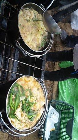 潮風公園, もつ鍋(左)とチゲ鍋。どさっと入れて沸騰するまで待てばいい。