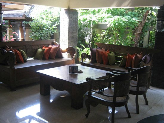Risata Bali Resort & Spa: Casual seating in the Jepun Bar area