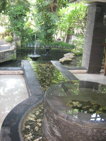 Risata Bali Resort & Spa : Water feature and pond near reception