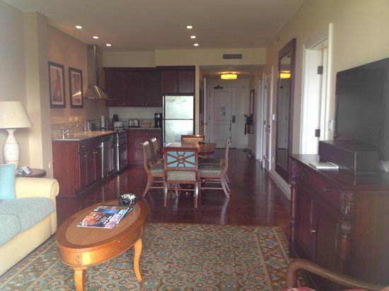 Kings' Land by Hilton Grand Vacations: Living Room and Kitchen