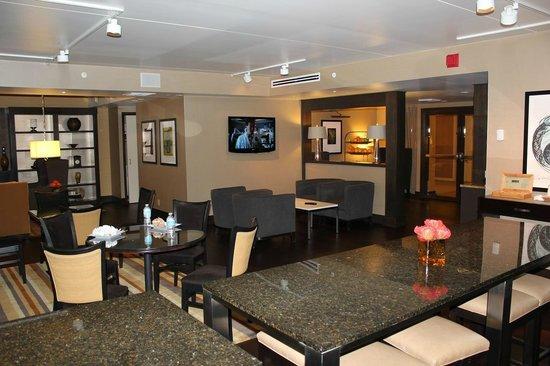 Sheraton Seattle Hotel : 広いラウンジでのスナック、朝食