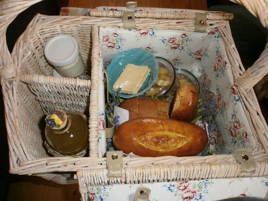 La Cense Lignère : Panier déjeuner servi directement jusqu'à la roulotte