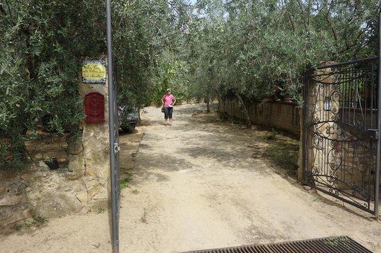 La Casa Sulla Collina D'oro: entrance to La Casa