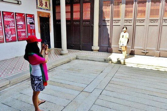 Han Jiang Ancestral Temple: Tourists photographing each other